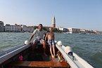 Benátky si rodina nového zprávaře projela na lodi.