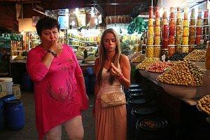 Na tržišti dámy vyzkoušely mnohé místní produkty.