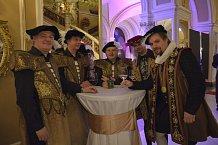 Gentlemani v kostýmech z alžbětínské éry se starali o komfort hostů.