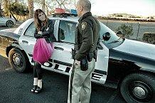 Když si chtěla prohlédnout policejní vůz, téměř si vykoledovala pokutu