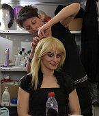 Představitelka hlavní role, černovláska Markéta Procházková, se stává blondýnou