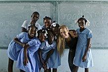 Petra se šťastnými dětmi na Haiti.