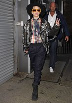 I Lady Gaga občas doplní svůj šílený ohoz docela vkusnou pokrývkou hlavy