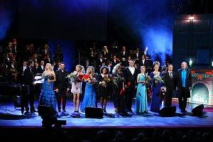 Halině Mlynkové (v tmavěmodrých šatech) se v Hudebním Divadle Karlín dostalo vřelého přijetí.