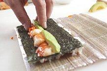 """5. Doprostřed řasy lehce """"mázněte"""" proužek wasabi (ale nemusí být), naneste proužek majonézy, vedle ní jednotlivé kousky krevet a zdruhé strany nakrájené avokádo."""