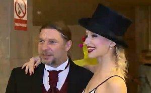 Petr Kolář v zákulisí muzikálu Mamma Mia! s jednou z tanečnic