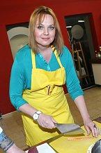 Známá herečka je v kuchyni jako doma.