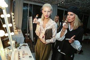 Modelky Veronika Hejlíková a Simona Krainová.
