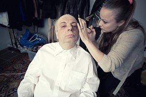 Správný make-up, pleška a Hitchcock je na světě...