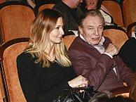 Premiéru si nenechali ujít ani manželé Gottovi. Karel má ve filmu menší roličku.