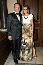 Jeden z akademiků Michal Dvořák s manželkou Lucií, která má ráda divočinu. Alespoň na šatech.