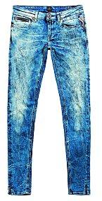 V mém šatníku jsou jedničkou jednoznačně úzké džíny, mám jich spoustu. REPLAY, 4100 Kč