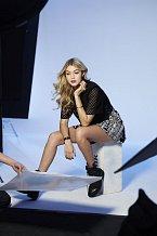 Gigi Hadid během pózování pro kosmetickou kampaň.