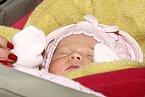 Malá Anetka se má čile k světu.
