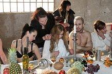 Účastníci hostiny museli vypadat jaksepatří dekadentně.