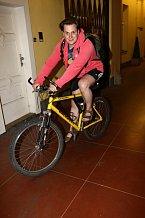 Tomáš Savka do divadla přijel na kole.