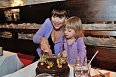 Vnučka Coco pomohla babičce rozkrojit dort
