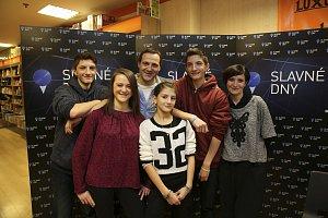 Pavel Zuna se svou manželkou Andreou a čtyřmi ratolestmi