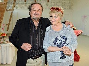 Novotný se ve filmu potkal i s Reginou Rázlovou.