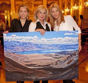 Kateřina Jacques, Světlana Nálepková a fotografka Monika Navrátilová s fotografií jezera Tsomoriri v Ladakhu