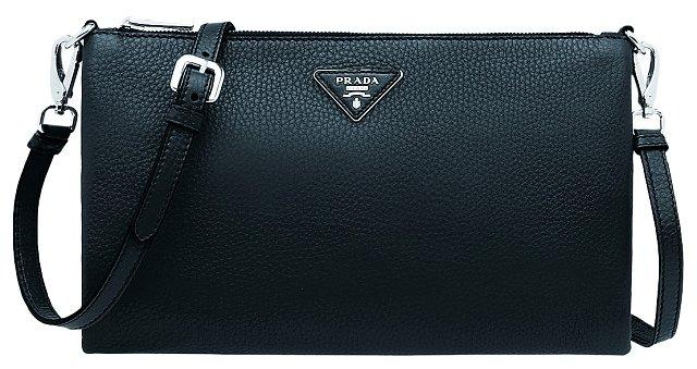 Nosím jen malou kabelku přes rameno, ruce potřebuji mít volné pro přebalovací tašku. PRADA, 22 950 Kč