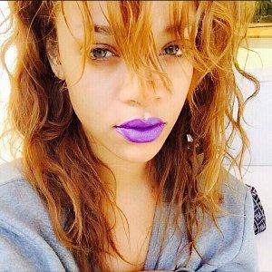 Zpěvačka Rihanna s fialovou pusou.