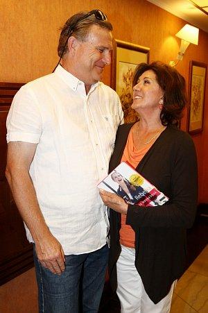 Zpěvačku do restaurace Imperial doprovodil partner Milan Říha.