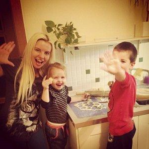 Kateřina Kristelová pekla s dcerou Claudií a jejím malým kamarádem