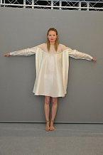 Autorka: Magdalena Urgelová: Šaty symbolizující kruh prstenu Nirvana, jsou vytvořeny zjednoho kusu látky a  bez jakýchkoli švů. Barevnost autorka zvolila jemnou. Vychází znekonečného tvaru prstenu.