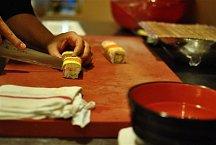 Každou rolku nakrájejte na 8 ks a servírujte swasabi a zázvorem. Knamáčení použijte sójovou omáčku Kikkoman.