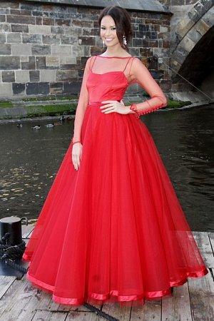 Rudé šaty Monice moc slušely.