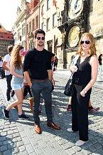 Chris na procházce Prahou s Karolínou Bosákovou.