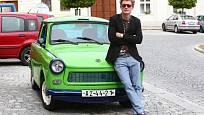 Tomáš Měcháček, který se proslavil v reklamě na banku, má v seriálu parádní bourák v podobě zeleného trabanta.