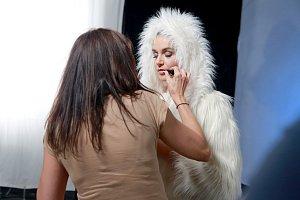 Iva Kubelková se v bílém kožíšku pořádně zapotila.