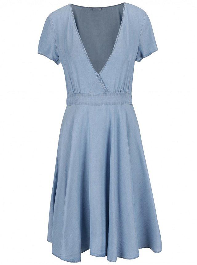 be2219334d0 Riflové šaty pro letní dny. Džínové šaty s překládaným topem Vila