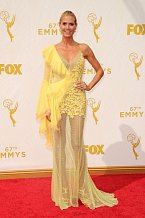 Heidi Klum vyrazila na Emmy Awards v průhledných žlutých šatech.