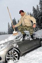 Zpěvák se kvůli práci na snowboard ani nedostal.