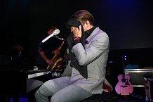 Není divu, že se zpěvák na pódiu Lucerny pěkně zapotil.