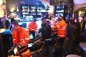 Z baru odvezla dva muže sanitka, třetí odešel po svých.