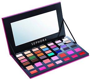 Make-up Fashion Bag obsahuje vše potřebné pro každou proměnu! 42 barevných odstínů v sezonních barvách! Z toho 28 očních stínů, 7 tvářenek a 7 krémových rtěnek. Je z čeho si vybírat. 990 Kč. Sephora.