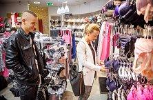 MC Jacob Markétě ze skupiny Verona asistoval i v obchodě se spodním prádlem.