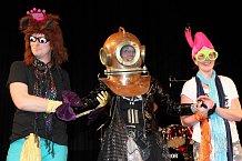 Na pódiu bylo veselo. O netradiční a bláznivé převleky nebyla nouze.