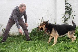 Nebojácný zpěvák si s německým ovčákem Nerem velmi rozumněl.