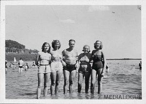 Suzanne (Zuzana Marešová), Lily a Edith – všechny tři sestry se svými rodiči, Staré Splavy v severních Čechách, konec 40.let