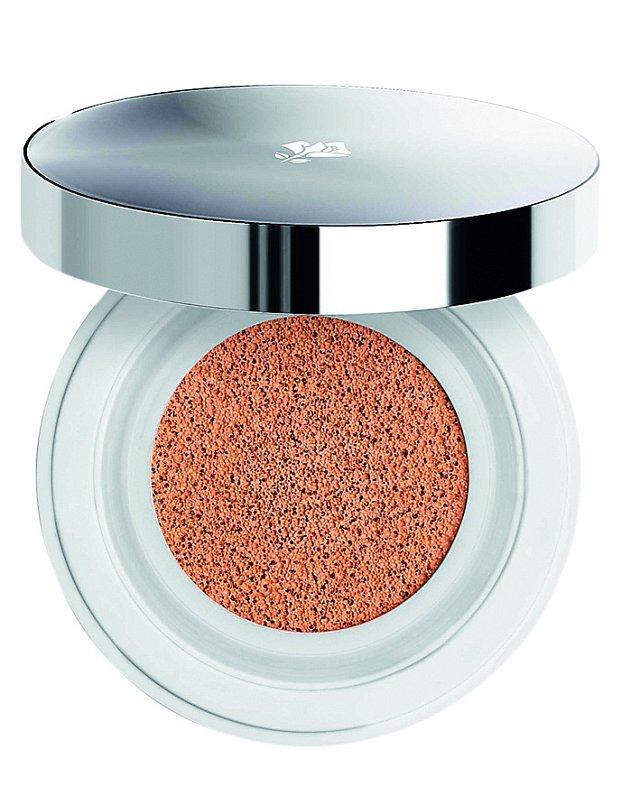 Make-up v houbičce Miracle Cushion SPF 23 hydratuje a rozjasňuje, Lancôme, 1250 Kč.