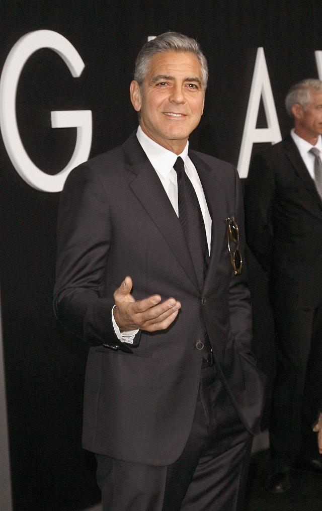 George Clooney si taky někdy potřebuje sundat oblek a kravatu. V Mexiku může.