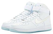 Mé nejoblíbenější boty jsou v tuto chvíli tenisky — bílé Air Force 1 NIKE, 2790 Kč.