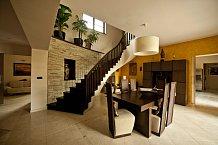 Atriu vévodí jídelní stůl a točité schodiště, jež vede do prvního patra.