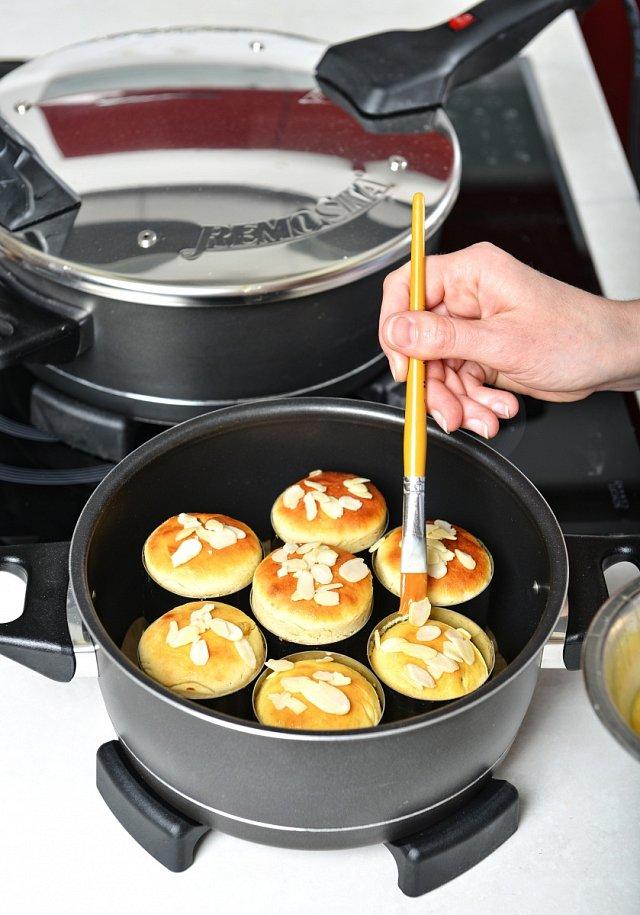 4. Zavřeme víko remosky a dámě péct na 35-40 minut. Asi 5 minut před koncem mazance potřeme rozmíchaným vajíčkem a posypeme nahrubo krájenými mandlemi a necháme dopéct. Pomocí špejle otestujeme, zda jsou dopečené. Zapíchneme ji do středu, a pokud na ní ne