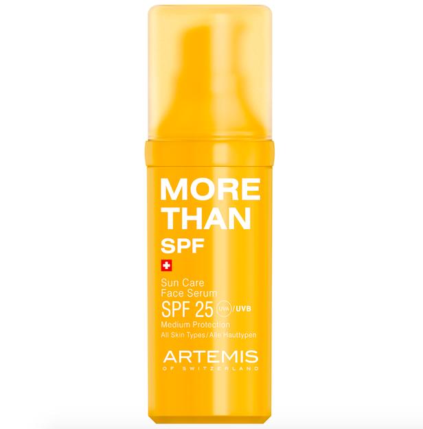 Univerzální sérum Artemis Sun Care Face Serum SPF 25, lze jej použít jako podklad pro denní péči nebo pod make-up, zároveň hydratuje, Douglas, 30 ml, 659 Kč.